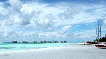 Обои море, домики, яхты, песок, солнце, небо, природа