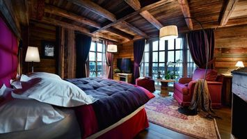 Фото бесплатно спальня, кровать, окна, лампа, кресла, дерево, интерьер