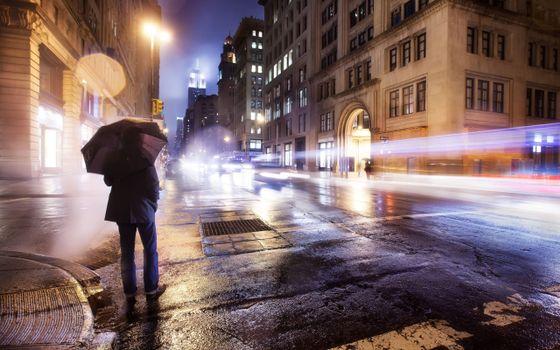 Бесплатные фото вечер,человек,мужчина,зонтик,здания,окна,машины,город