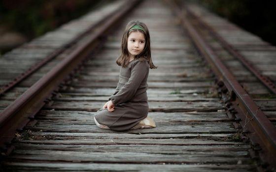 Фото бесплатно девочка, железная дорого, рельсы