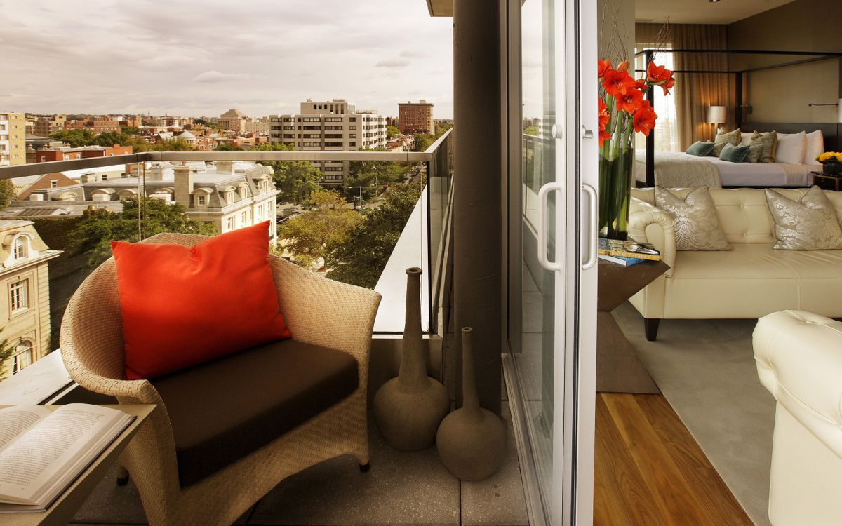 Фото бесплатно балкон, дом, квартира, кресло, вид, город, небо, тучи, вазы, книга, цветы, диван, лампа, интерьер, интерьер