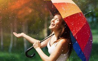Бесплатные фото девушка,смех,радость,зонтик,дождь,капли,ситуации