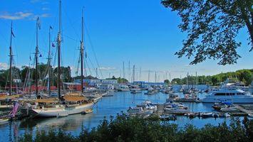 Обои дома, вода, яхты, деревья, листья зеленые, город