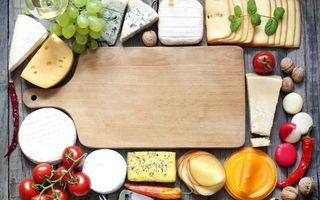 Бесплатные фото доска разделочная,сыры,орехи грецкие,перец,томаты,помидоры,виноград