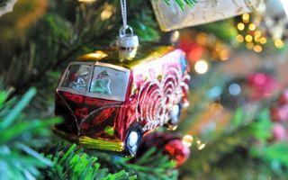 Фото бесплатно игрушка, елочная, автобус, елка, ссср, ветки, иголки, новый год, настроения, праздники