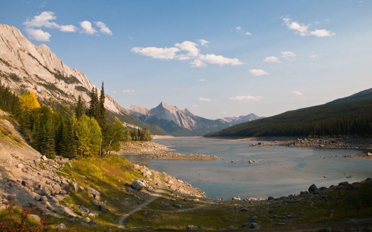 Фото бесплатно местность, горы, скалы, трава, тропинка, дорожка, вода, озеро, небо, облака, лес, деревья, елки, камни, пейзажи, природа