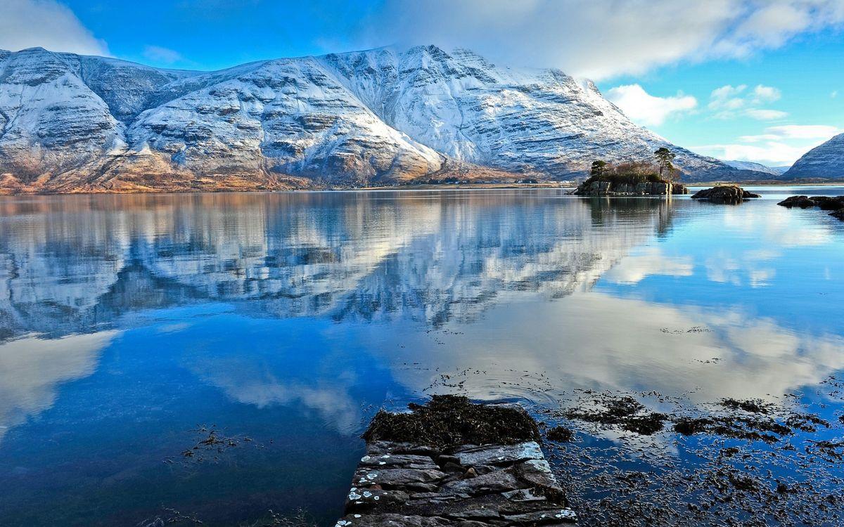 Обои озеро, камни, водоросли, островки, отражение, горы, скалы, снег, небо, облака, пейзажи на телефон | картинки пейзажи - скачать