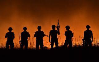 Бесплатные фото солдаты,автоматы,каски,ночь,трава,зарево,оружие