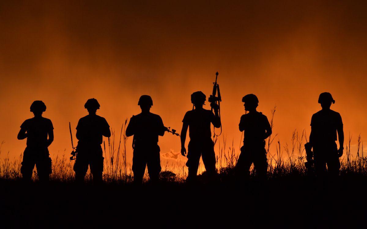 Обои солдаты, автоматы, каски, ночь, трава, зарево, оружие на телефон | картинки оружие