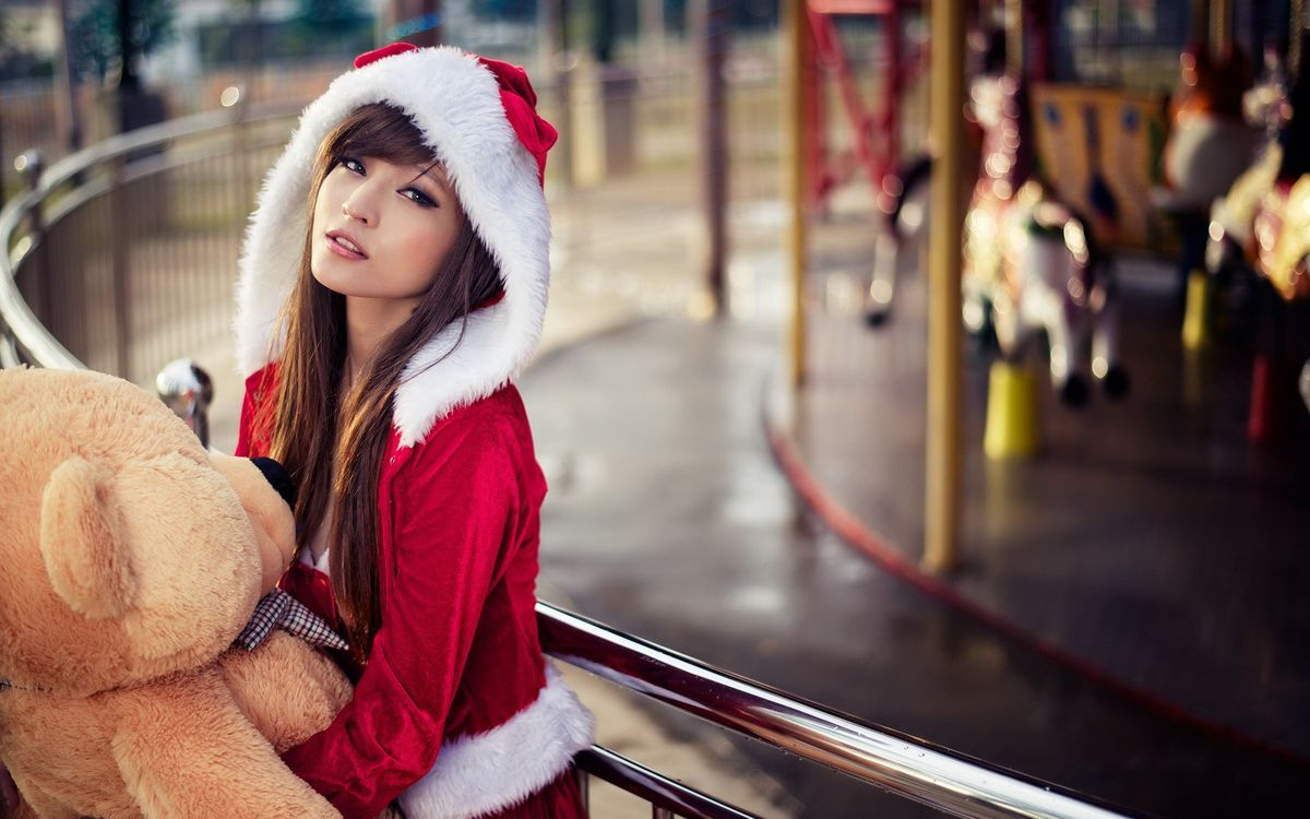 Фото бесплатно восточная девушка, снегурочка, новогодний костюм, юная, красотка, плюшевый мишка, перила, девушки, девушки