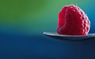 Заставки малнина,ложка,ягода,синий фон,еда