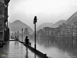 Бесплатные фото речка,дождь,китай,черно-белое,фонари,здание,горы