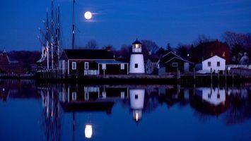 Обои дома, яхта, вода, вечер, луна, маяк, город