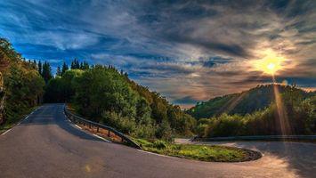 Фото бесплатно дорога, трасса, лес, небо, облака, свет, пейзажи