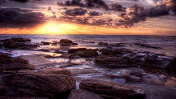 Бесплатные фото камни,берег,волны,вода,небо,солнце,облака