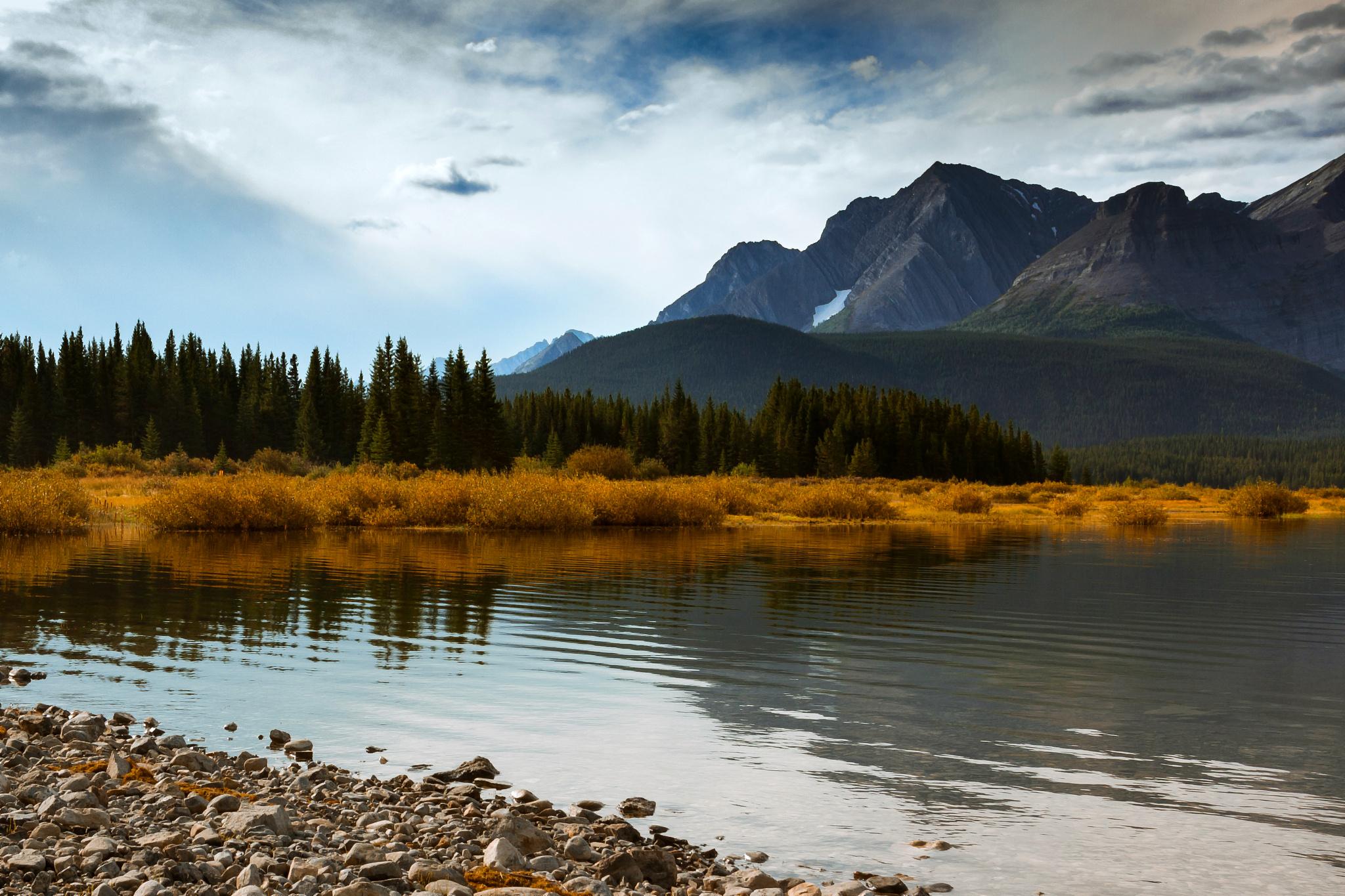 горы озеро деревья небо  № 3234859 бесплатно