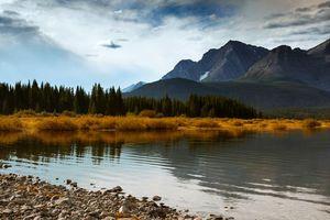 Бесплатные фото озеро,берег,трава,осень,деревья,горы,небо
