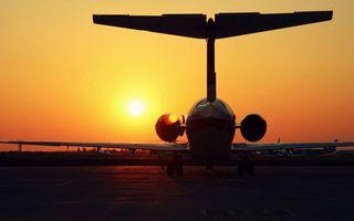 Фото бесплатно самолет, закат, взлетная полоса