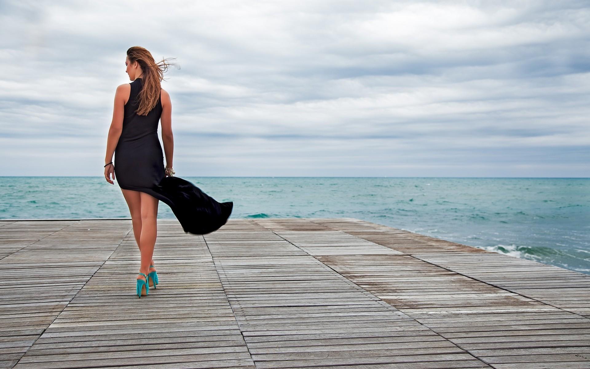 Девушка на набережной со спины фото