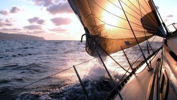 Обои море, волны, брызги, парус, вода, небо, яхта, ситуации