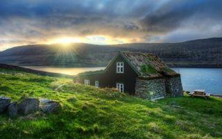 Бесплатные фото озеро,горы,камни,драва,домик,небо,солнце