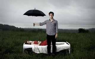 Бесплатные фото парень,девушка,фото,зонтик,кровать,рубашка,платье