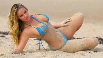 Бесплатные фото пляж,девушка,блондинка,купальник,песок,грудь,фигура