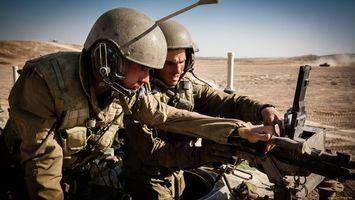 Бесплатные фото солдаты,пулемет,каски,патроны,песок,танк,оружие