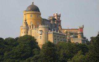 Фото бесплатно замок, башни, окна, купол, деревья, небо