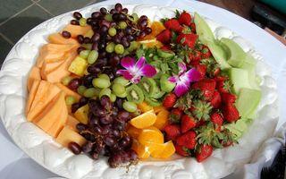 Бесплатные фото бананы,манго,виноград,киви,апельсин,клубника,салат