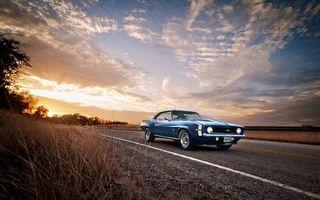 Бесплатные фото Chevrolet Camaro SS-383,закат,небо,облака,сухая трава,дорога