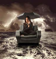 Бесплатные фото девушка, море, кресло, молния, шторм, зонт, ситуация
