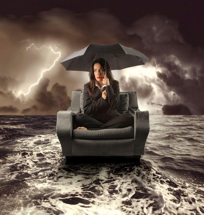 Фото бесплатно девушка, море, кресло, молния, шторм, зонт, ситуация, ситуации