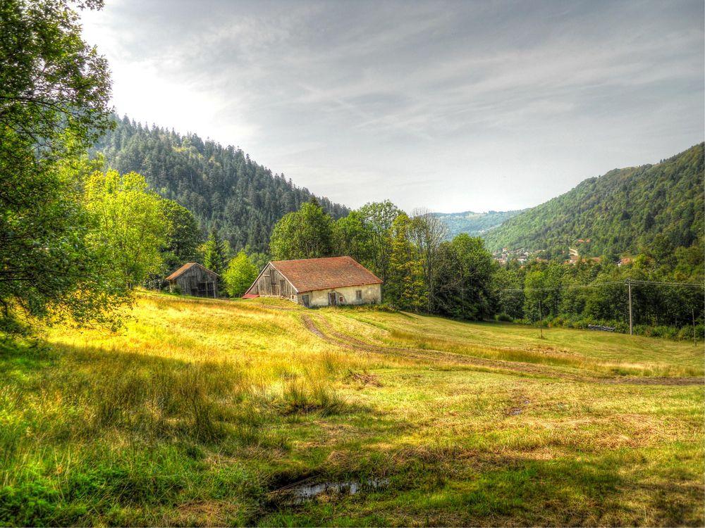 Фото бесплатно поле, домик, дорога, деревья, горы, пейзаж, пейзажи
