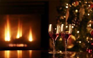 Бесплатные фото елка,праздник,уют,камин,бокалы,огонь