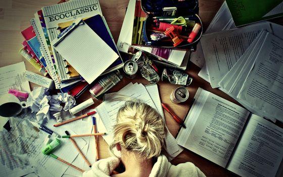 Бесплатные фото работа,учеба,тетради,ручки,карандаши,линейке,сон,девушка,устала,ситуации