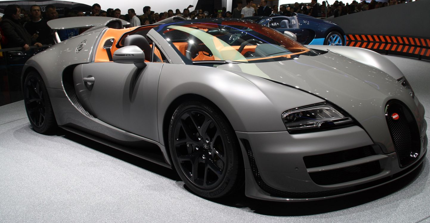 Фото бесплатно bugatti, серебро, выставка, концепт, люди, машины, машины