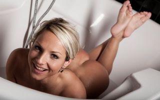 Фото бесплатно блондинка, ванна, позирует