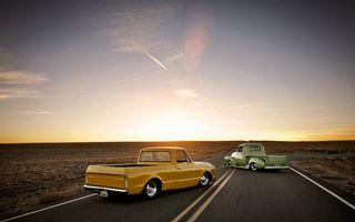Обои автомобиль, дорога, трасса, линии, шоссе, колеса, диски, багажник, поле, небо, горизонт, след