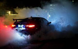 Фото бесплатно автомобиль, спортивный, дорога, трасса, фары, бампер, капот, тюнинг, скорость, дым, полоса, машины, спорт