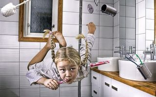 Обои девочка, косички, полет, ванна, щетка, раковина, окно, вода, юмор