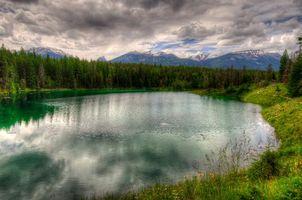 Фото бесплатно небо, тучи, горы, скалы, озеро, вода, отражение, волны, лес, трава, пейзажи