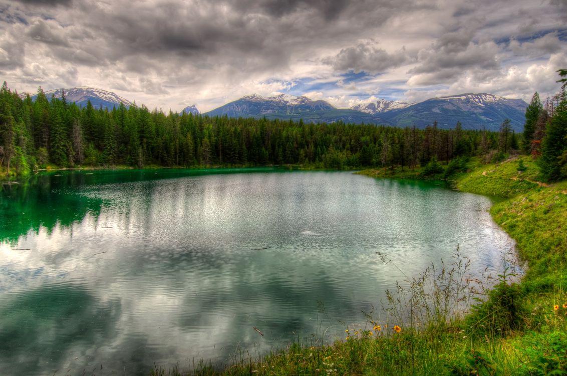 Фото бесплатно небо, тучи, горы, скалы, озеро, вода, отражение, волны, лес, трава, пейзажи, пейзажи