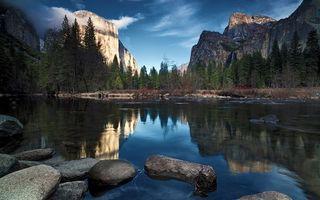 Фото бесплатно озеро, камни, горы, скалы, деревья, небо, природа