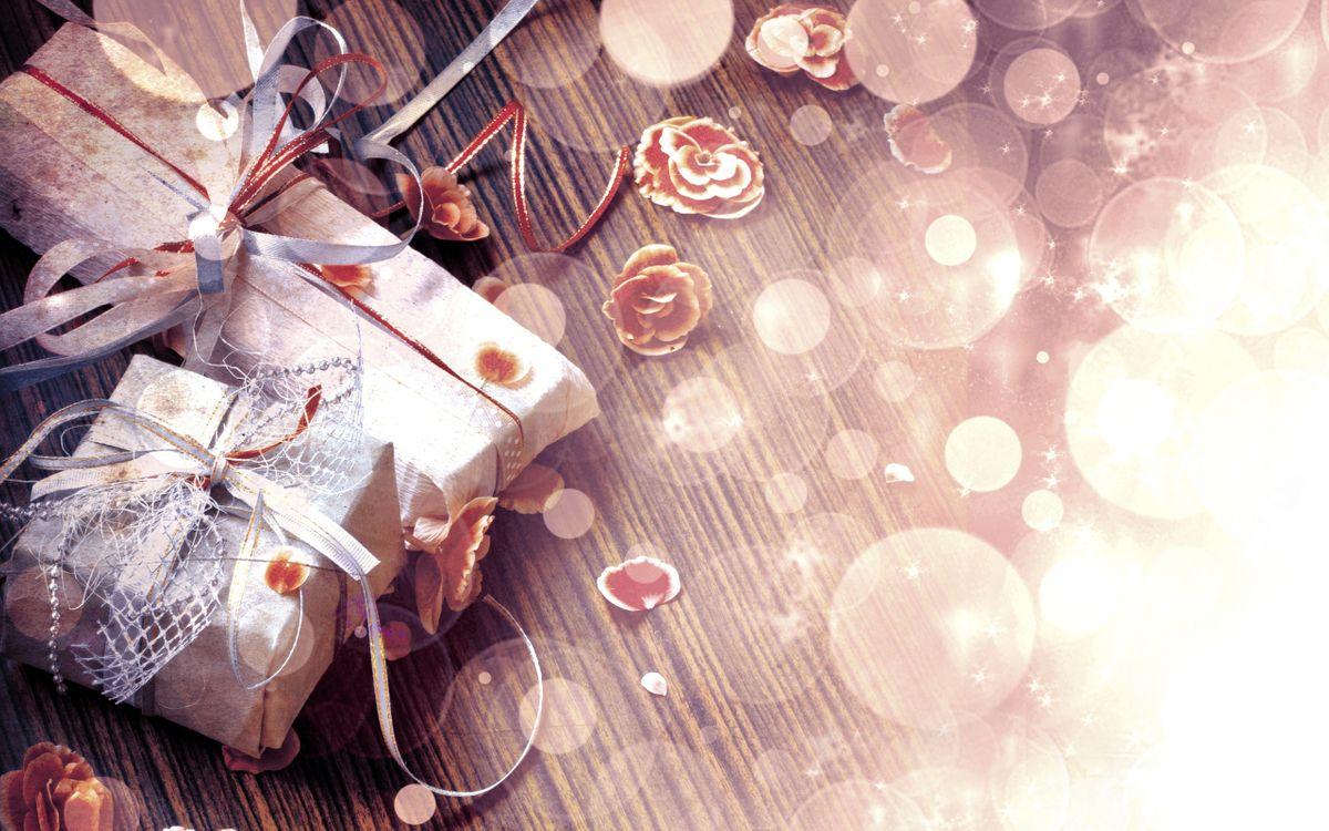 Фото бесплатно подарки, стол, поверхность, цветы, ленточки, всеет, круги, упаковка, лепестки, новый год, настроения, праздники, праздники