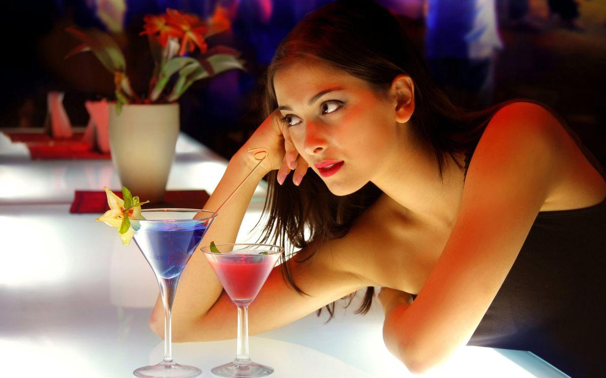 Фото бесплатно бокалы, напитки, брюнетка - на рабочий стол