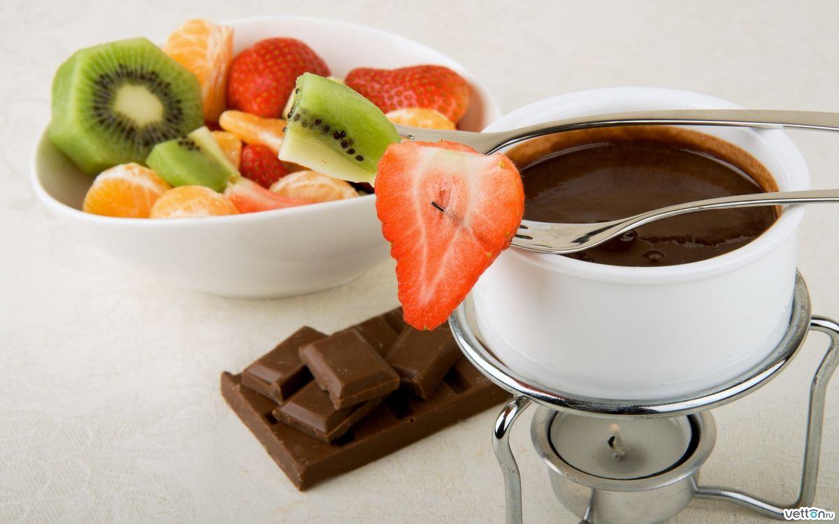 Фото бесплатно фрукты, еда, киви, мандарин, клубника, шоколад, кофе, блюдце, кружка, разное