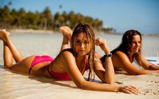Фото бесплатно две красавицы, на пляже, песок