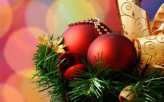 Фото бесплатно игрушки, елка, ветка, ленточка, новый год, праздники
