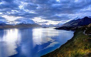 Фото бесплатно озеро, горы, растительность, дорога, вершины, снег, небо, облака
